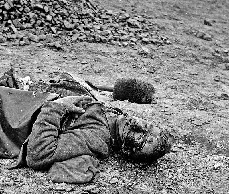 T.H. O' Sullivan. Soldato confederato morto ( 1865) Dettaglio di una stereo vista all'albumina.